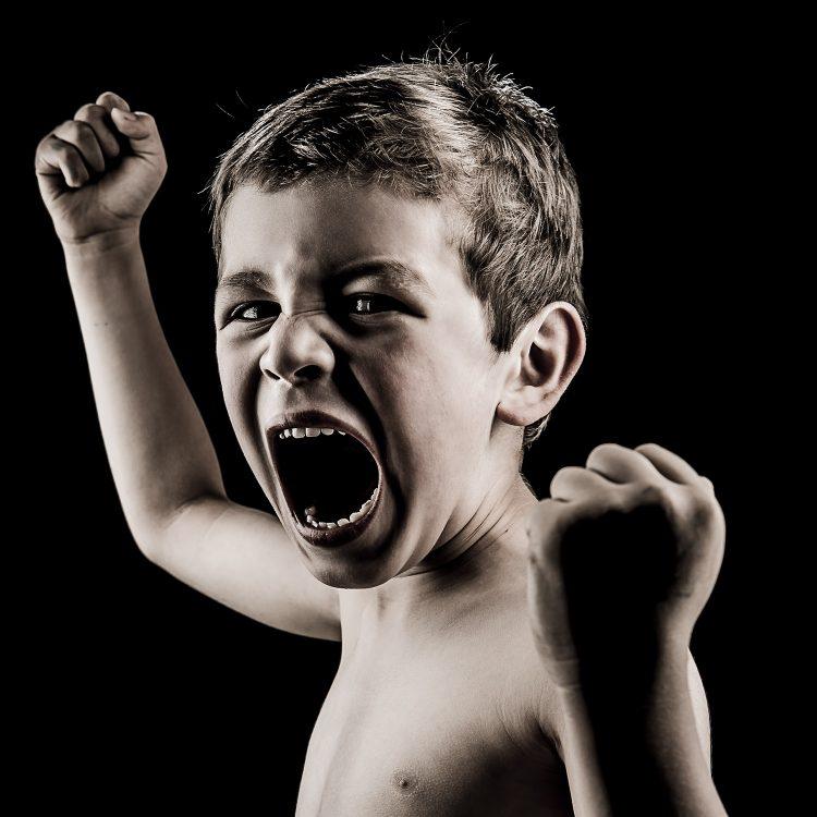 Portrait d'enfant - Photographie d'art par Idan Wizen - Too busy surviving to be angry