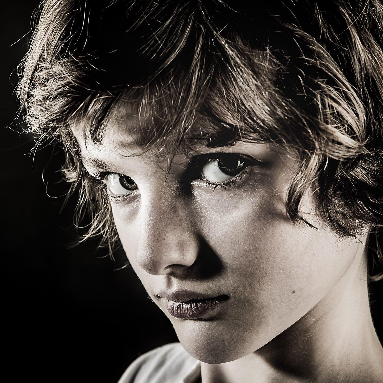 Portrait d'enfant - Photographie d'art par Idan Wizen - Don't tell me you didn't know