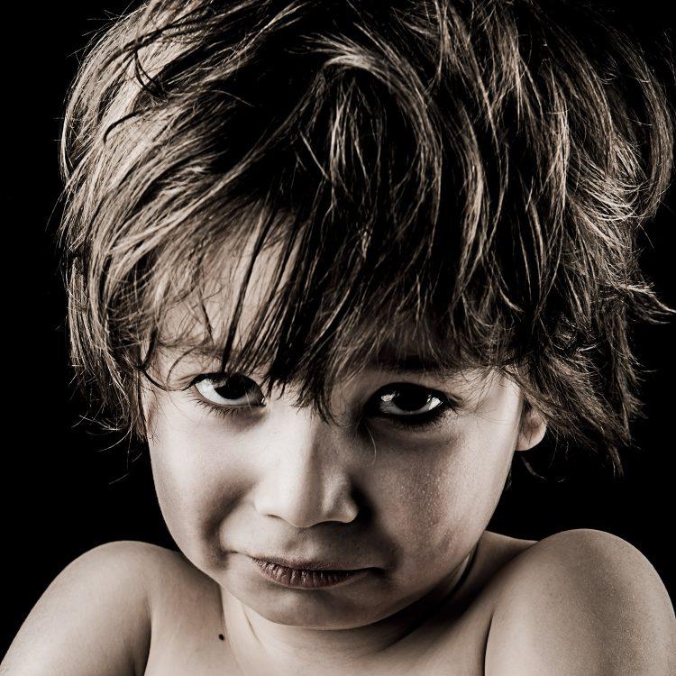 Portrait d'enfant - Photographie d'art par Idan Wizen - I'm sure you did what you could