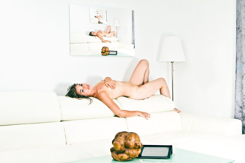 Un anonyme nu dans votre salon par Idan Wizen